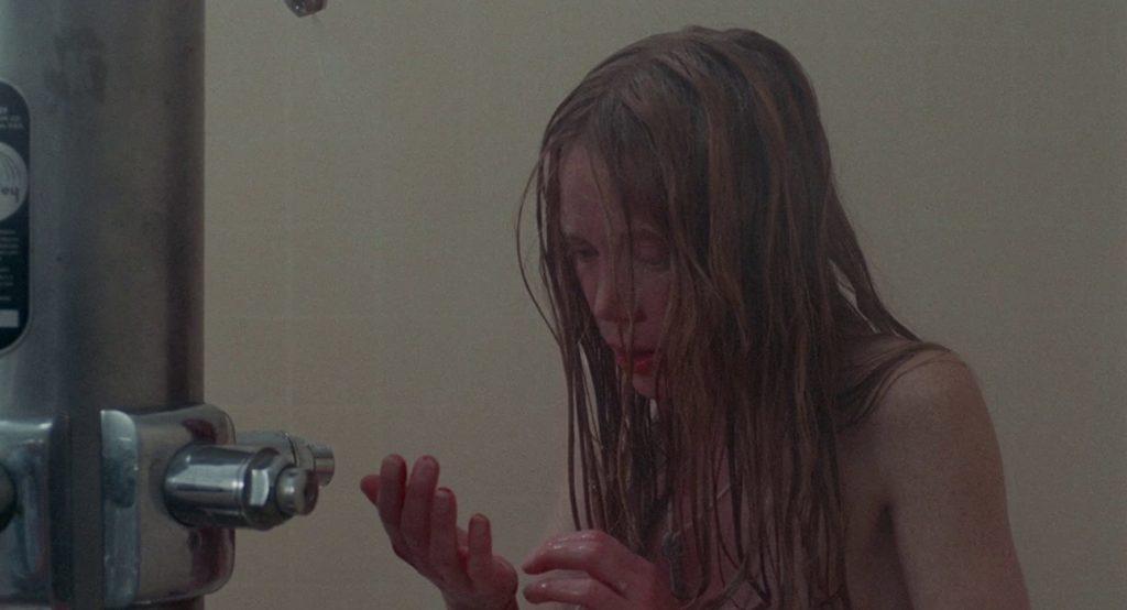 Carrie White (Sissy Spacek) scopre cosa sono le mestruazioni nel film Carrie - Lo Sguardo di Satana di Brian De Palma (1976).