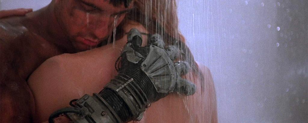 Dylan McDermott e Stacey Travis sotto la doccia nel film Hardware di Richard Stanley.
