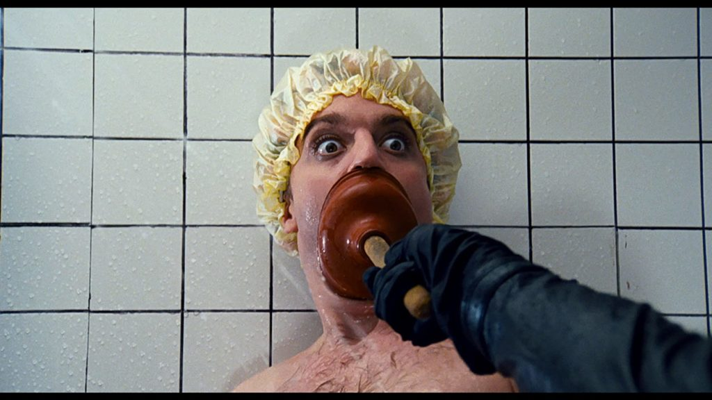 Beef (Gerrit Graham) minacciato sotto la doccia dal Fantasma del Palcoscenico nel film di Brian De Palma del 1974.