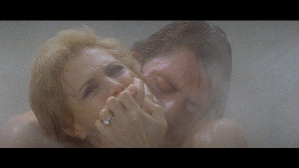 Angie Dickinson e Robbie L. McDermott sotto la doccia nel film Vestito per Uccidere (1980) di Brian De Palma.